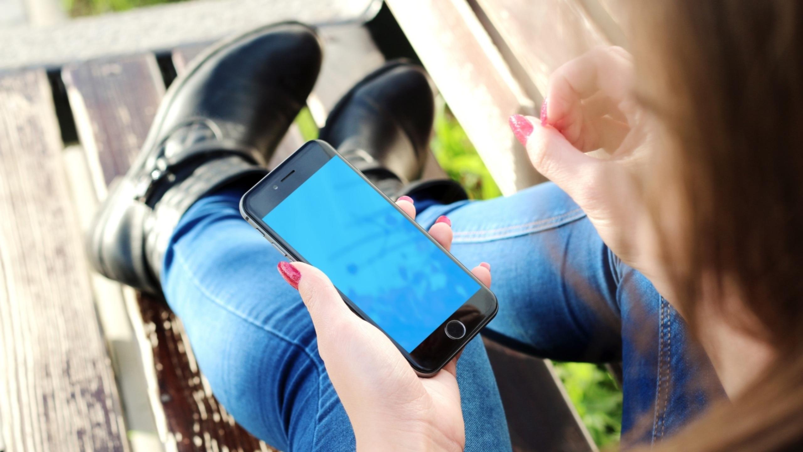 Phone etiquette in a hostel
